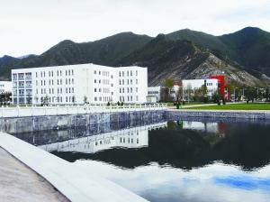 风景如画的西藏大学新校区.-西藏大学 软硬兼施 求 百米跨栏 式发展图片
