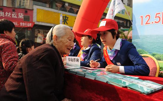 江西公司青年志愿者在行动-江西电力青年志愿者号召市民推动低碳经济