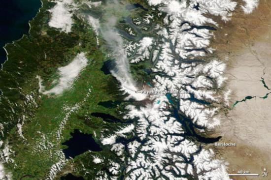 北京时间10月1日消息,由美国史密森研究院与美国地质勘探局合作实施的全球火山计划按惯例每周发布《每周火山活动报告》,该报告主要介绍最近一周全球大多数火山活动情况。美国《连线》杂志官方网站结合最近一期报告的内容,配上美国宇航局地球观测卫星的卫星图片,详细介绍了近期出现火山活动的著名火山。   1.