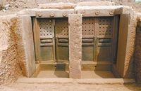 龙泉发掘墓葬群