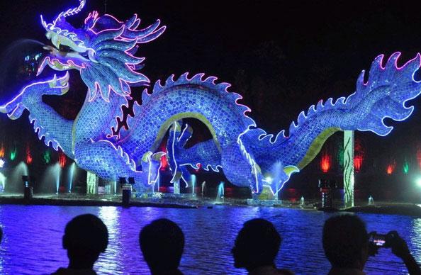 景德镇26万块瓷片打造青花瓷龙