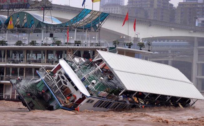 重庆餐饮船在嘉陵江翻沉11人落水