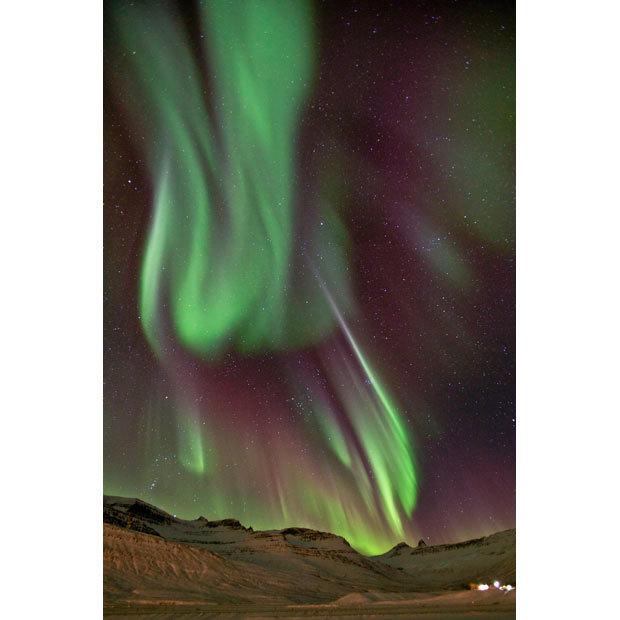 冰岛北极光壮观美景:绿紫相间似火焰