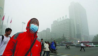 雾霾中含百种化学颗粒 防护不当易诱发脑溢血等