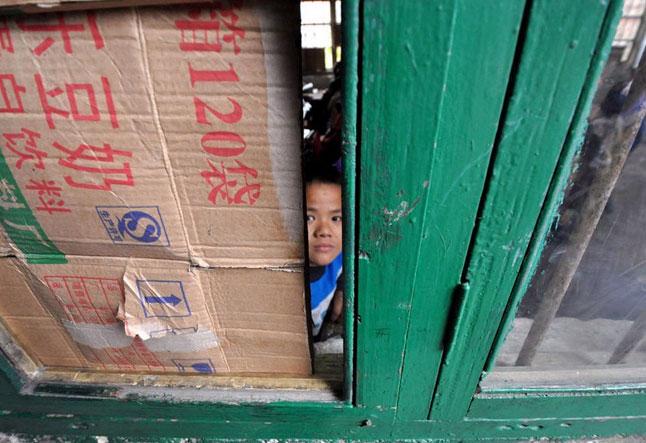 广西农民工子弟小学纸张封堵门窗御寒