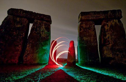 英艺术家将史前遗迹巨石阵打造成光影之地