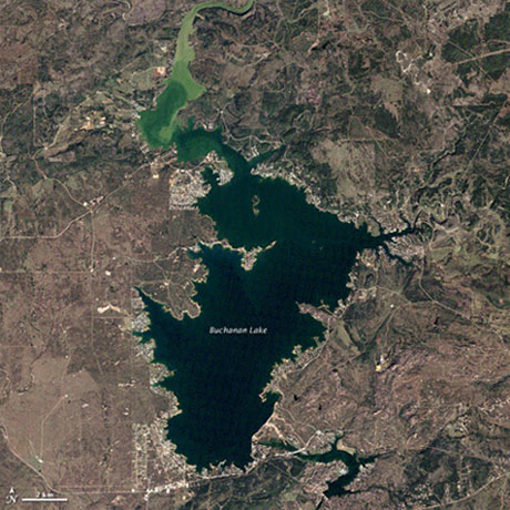卫星照:美国布坎南湖干旱暴露奇特湖床