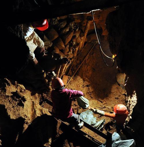 云南石林遭遇干旱 村民深入地下40米找水