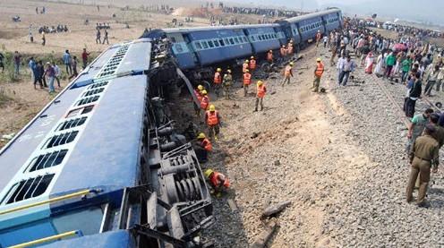 印度一客运列车与工程车相撞