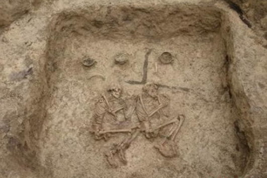 新疆两座古墓