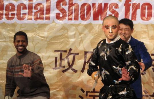 """洋学生在上海""""零距离""""体验中国京剧"""
