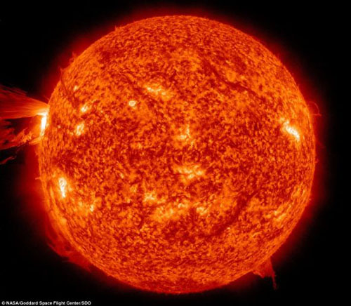美卫星拍到震撼太阳爆发喷射耀斑画面