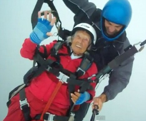 英国104岁老人高崖跳伞创纪录