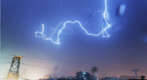 湖南上空电闪雷鸣 局地遭暴雨冰雹袭击