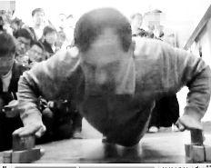 物理老师为证力学原理手按菜刀做俯卧撑