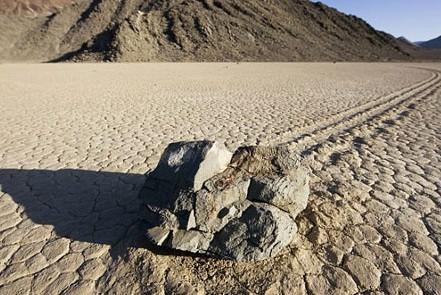 """美国死亡谷中""""漂移石头""""之谜"""