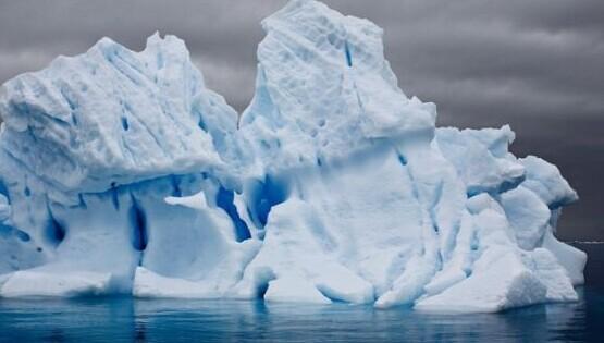 摄影师拍摄极地冰山萎缩消融全过程
