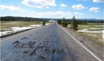 美国黄石公园火山持续放热 柏油路开始熔化
