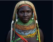 非洲部落传统习俗:一人多妻头顶牛粪做发型