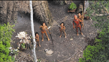 亚马逊地区与世隔绝的巴西原始部落走出丛林