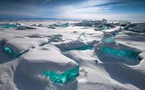 """摄影师拍摄贝加尔湖面上的巨大""""绿宝石"""""""
