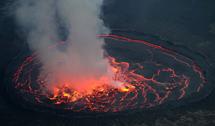 俄夫妇爬刚果3000米火山拍壮丽熔岩湖