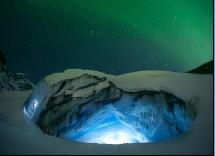 加拿大冰川遇罕见极光 交相辉映美如梦幻