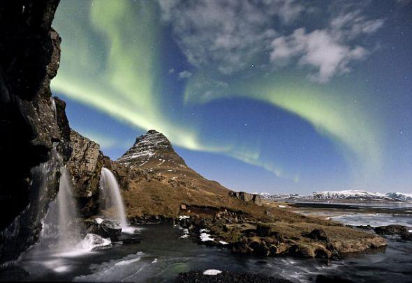 满月下冰岛北极光