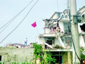 大连4栋别墅被百余人暴力拆除 房主废墟挂国旗
