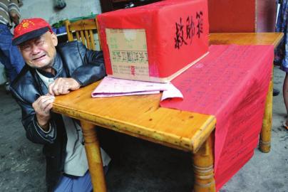 大学生为救爷爷烧成重伤 82岁老人下跪募捐