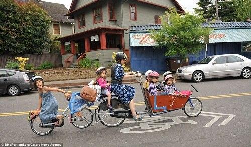 美国妈妈巧改自行车 同时送6个子女上学