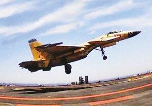 辽宁舰入列后首次出海 歼15在航母上超低空飞行