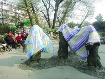 南京夫子庙雕塑变衣架 市民在上面晒被子