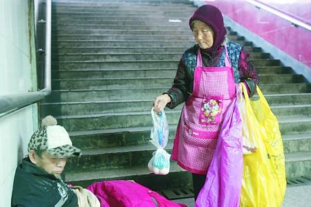 86岁老太每天坚持地下通道给流浪汉送早餐