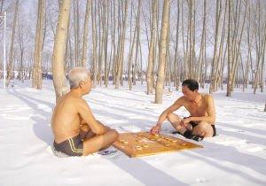 2名六旬老人雪地裸身下象棋 下完后继续冬泳