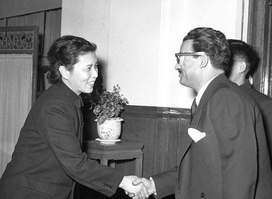 新中国第一位女新闻发言人