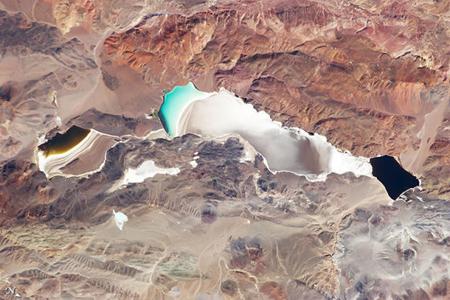 阿根廷绿湖颜色各异