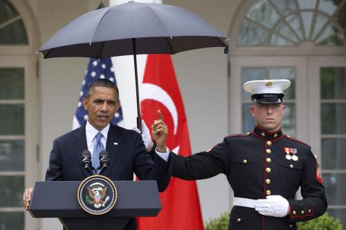 雨天记者会奥巴马要求撑伞 笑称宾客没衣换