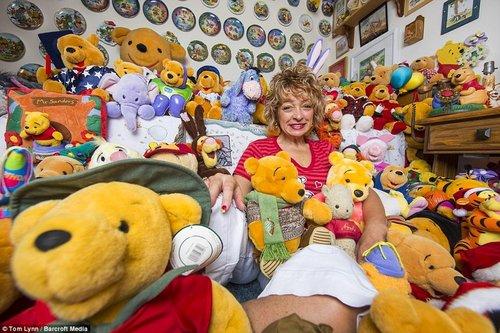 美国女子疯狂迷恋维尼熊 家中收藏8900只