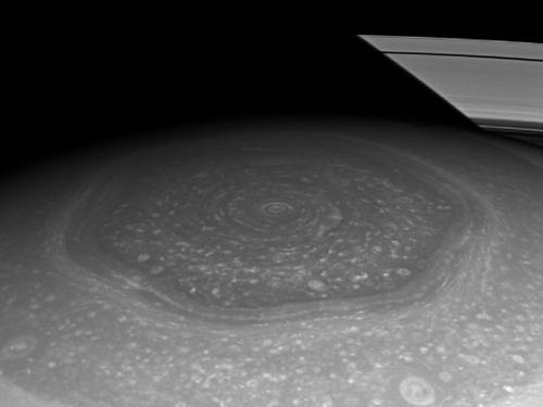 土星北极区域六边形风暴