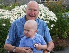 美国前总统老布什剃光头鼓励白血病病童