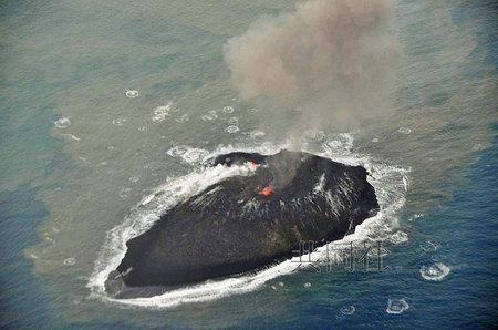 日本火山喷发形成新岛 面积扩大1.5倍