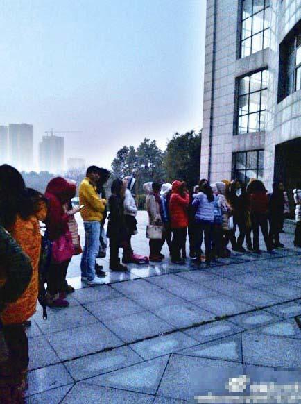 武汉一高校百名考研学子凌晨4点顶寒风抢座