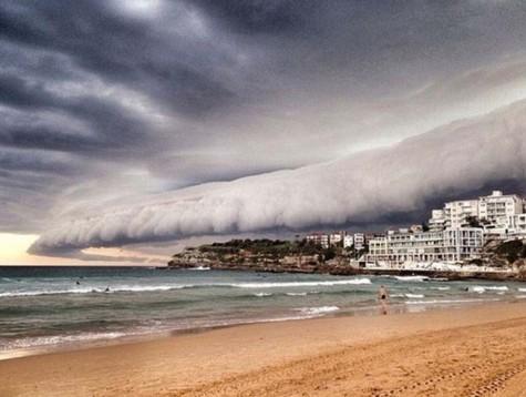 悉尼上空云层翻滚如同巨浪来袭