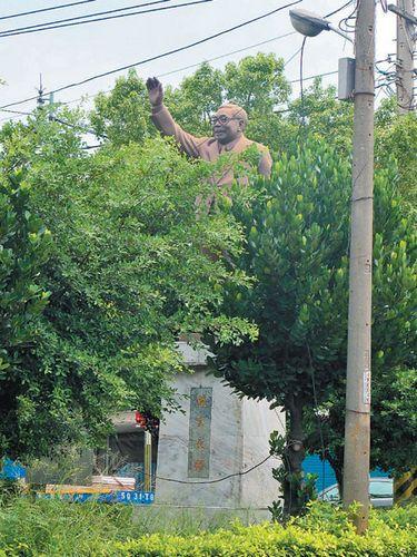 桃园蒋经国铜像只露头部 民众称实在够吓人