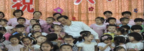 胡锦涛:让每个孩子都拥有幸福的童年